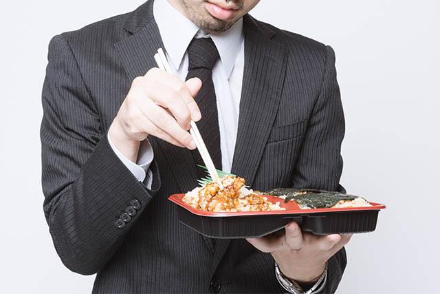 ワンコインランチを食べる人
