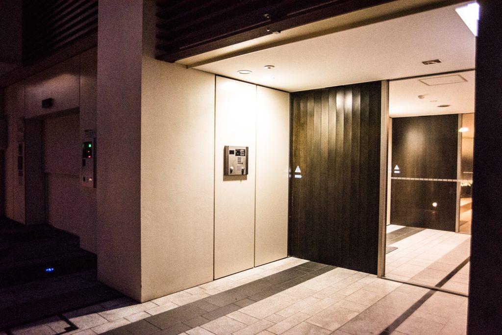 エムケイアートレジデンスの玄関