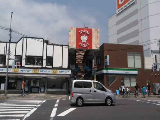 雑色駅を貫きようにのびる商店街