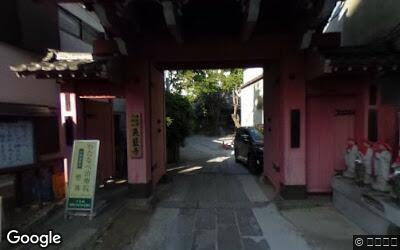 県道沿いの神社