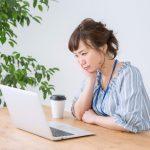パソコンの前で悩む女性2