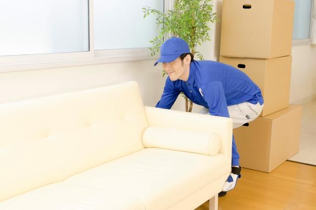 家具を運ぶ配達員