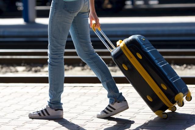 キャリーバッグを引っ張る女性
