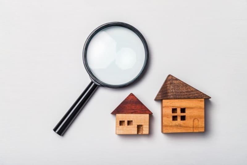 虫眼鏡と家の置物