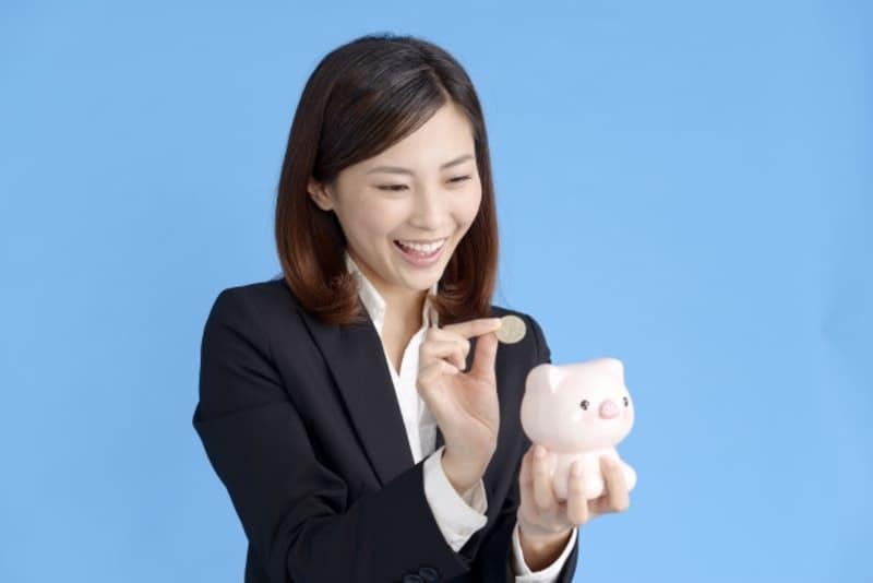 お金を貯める女性