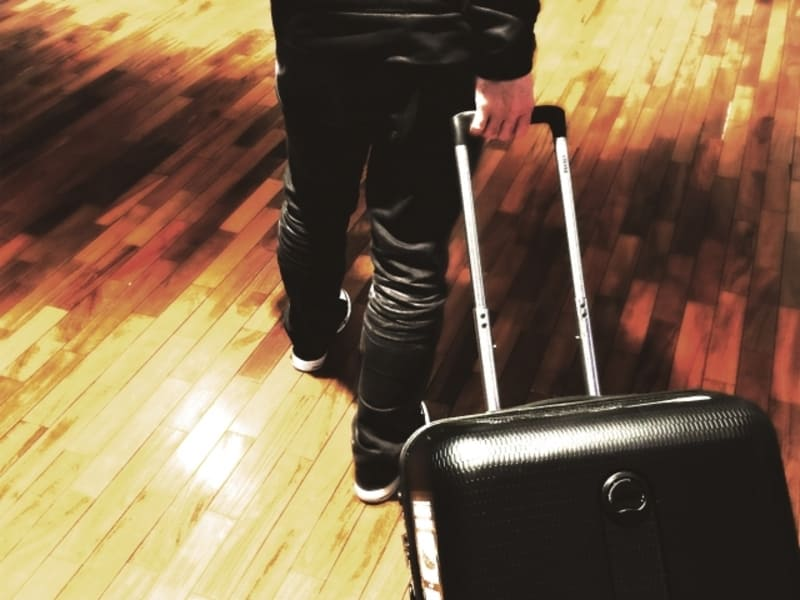 一人旅 スーツケースを持つ男性
